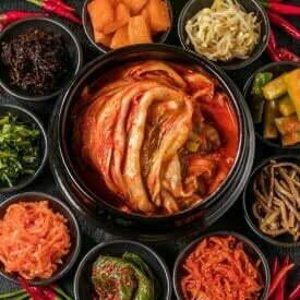 Różne rodzaje koreańskiego kimchi z kapustą, ogórkiem, marchewką, kiełkami