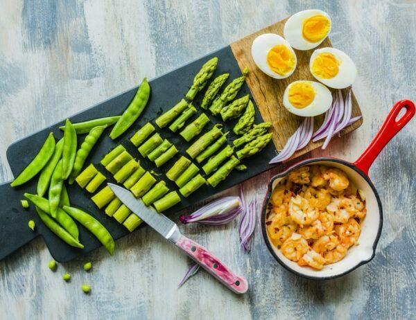 Szparagi z krewetkami i jajkami na twardo
